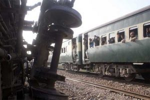 6 wounded in passenger train bombing in Pakistan
