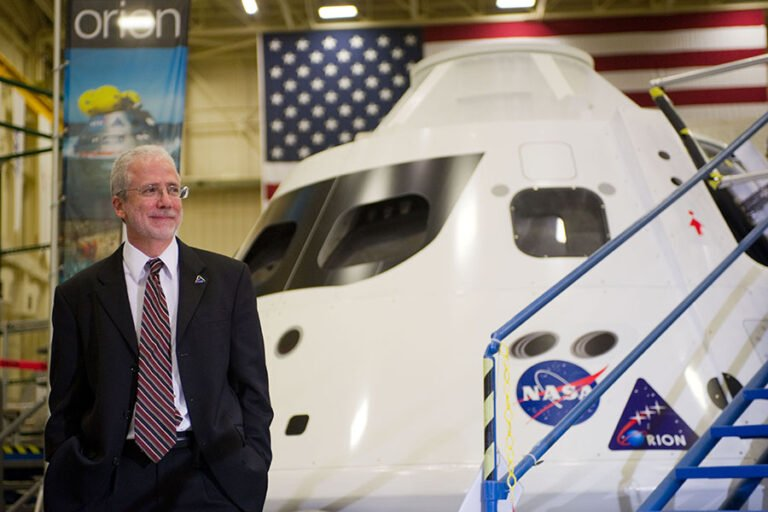 NASA Johnson Space Center Director is stepping down